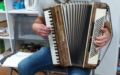 Pan Krzysztof z akordeonem